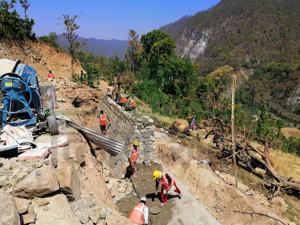 तर वातावरणीय प्रभाव मुल्याङकन तयार नहुँदा अहिले सडक निर्माणको काम प्रभावित भएको छ। सहजपुरदेखि ५० किलोमिटर सडक कालोपत्रेका लागि ठेक्का सम्झौता भएकोमा झण्डै ४० किलोमिटर सडक वन क्षेत्रमा पर्ने भएकाले स्तरवृद्धीको काम समेत प्रभावित भएको हो।