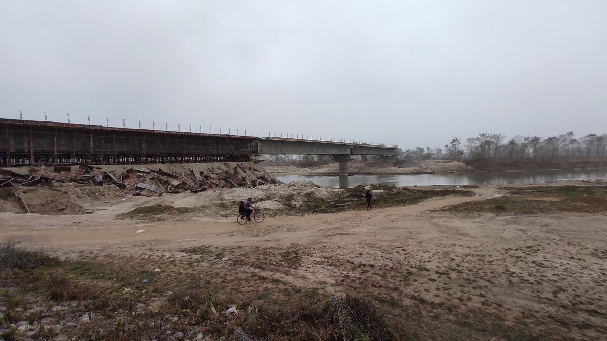 कञ्चनपुरको राजघाटलाई धनगढीसँग जोड्ने मोहना नदीको पुल निर्माणको काम थालिएको ६ वर्ष बित्दा समेत अधुरै रहेको छ।