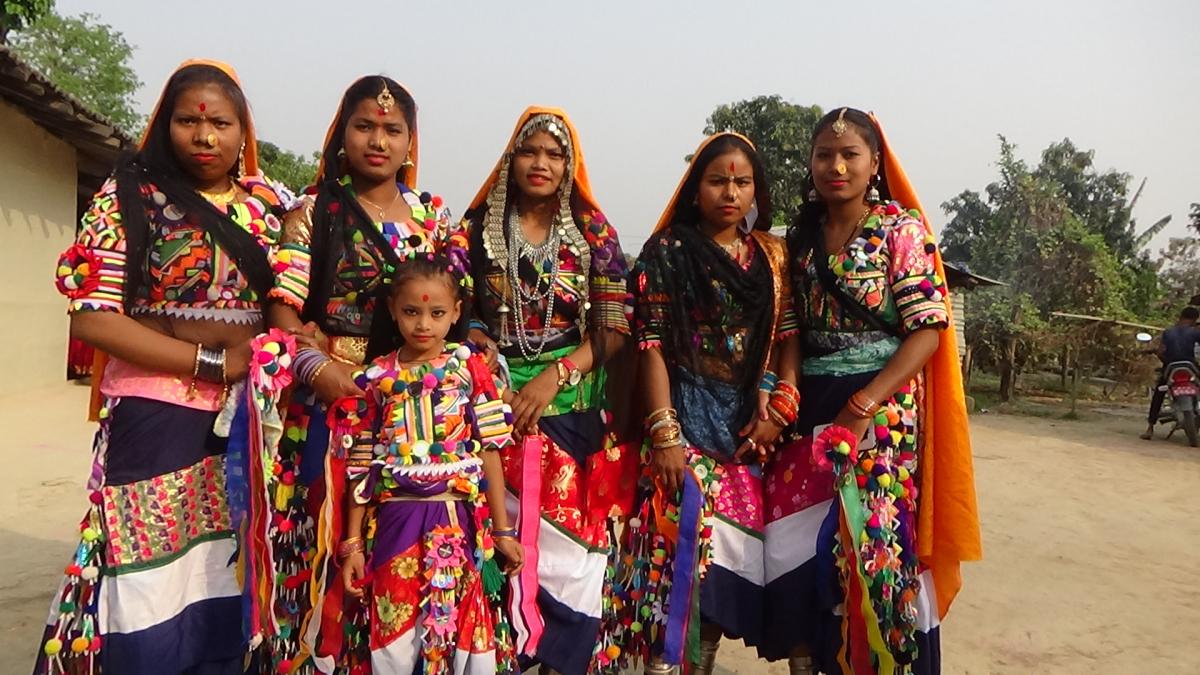 होरी खेल्न परम्परागत पहिरनमा धनगढी गाउँका रानाथारु युवतीहरु