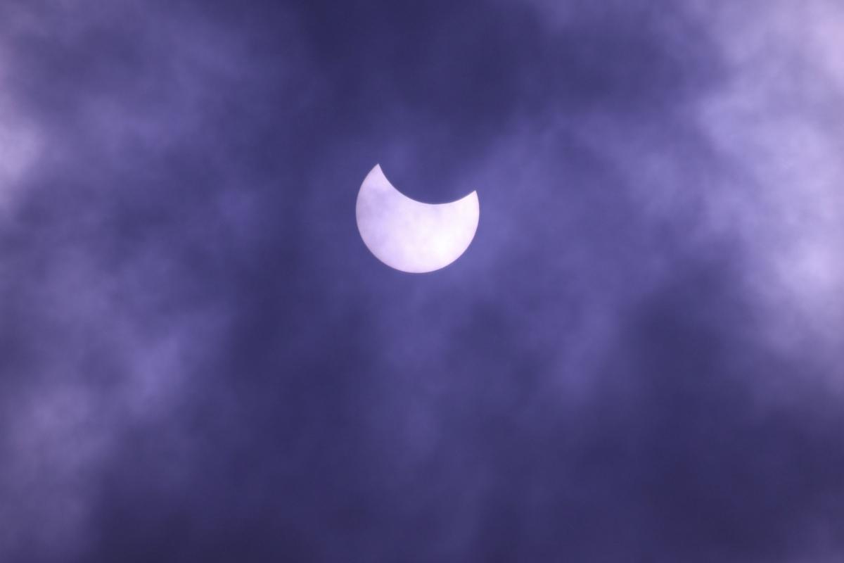 नेपालमा अहिले खण्डग्रास सूर्य ग्रहण लागिरहेको छ। नेपालमा बिहान १० बजेर ५५ मिनेटबाट सुरु भएको सूर्य ग्रहण अपराह्न दुई बजेर २४ मिनेटमा समाप्त हुने छ ।