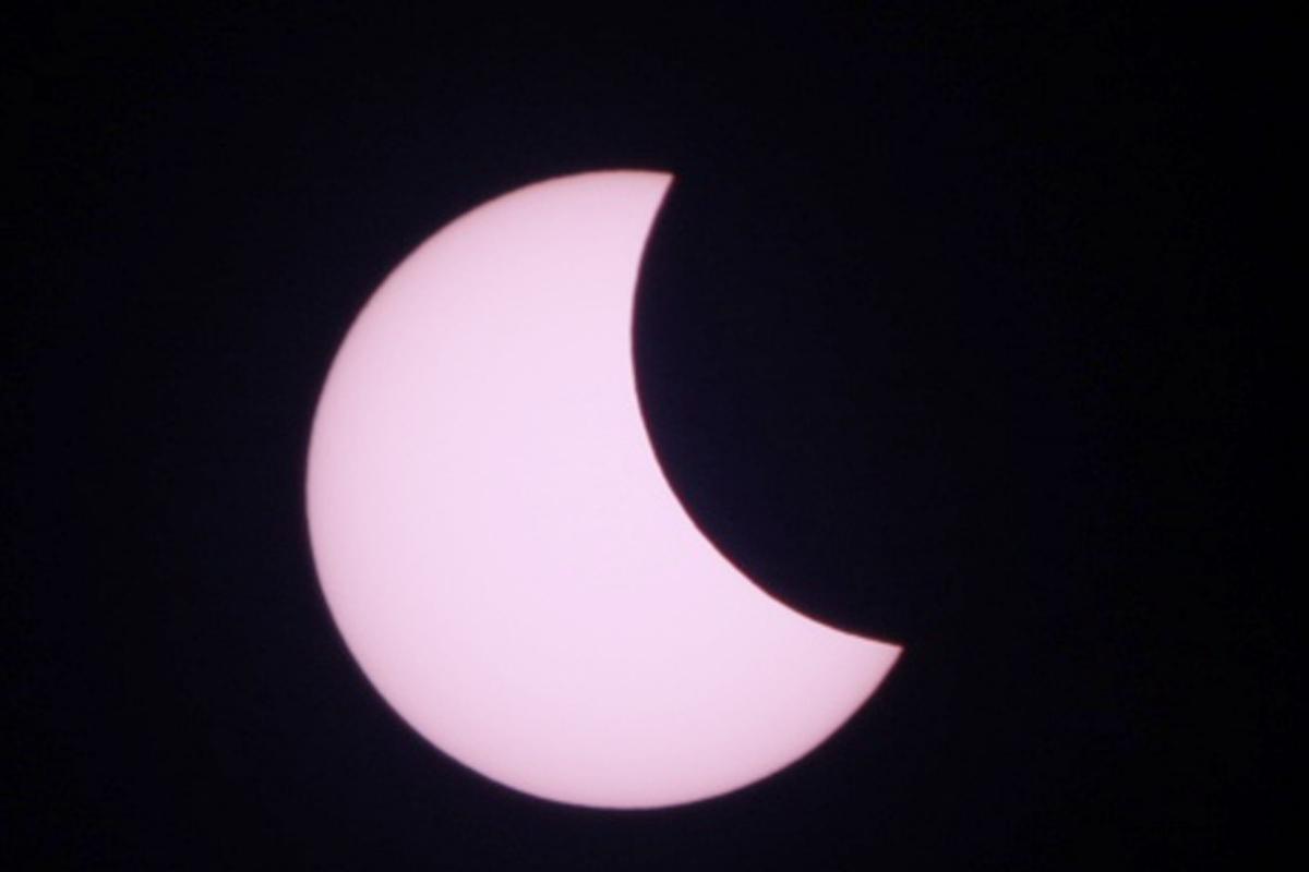 वरिष्ठ खगोलविद् जयन्त आचार्यका अनुसार मध्याह्न १२ बजेर ४१ मिनेट जाँदा काठमाडौंबाट सूर्य करिब ८८ प्रतिशत ढाकिएको देखिन्छ ।
