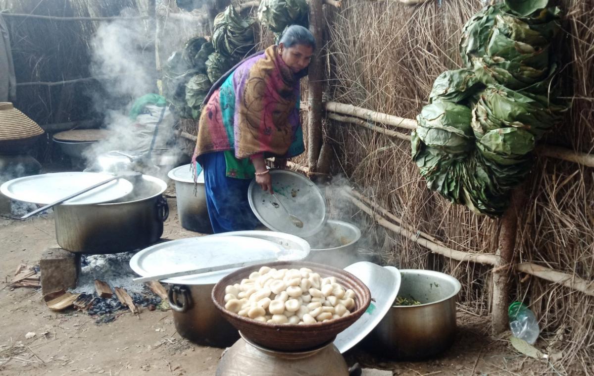 कञ्चनपुरको शुक्लाफाँटा नगरपालिका– ९ का थारु समुदायका महिला माघीका अवसरमा ढिक्री पकाउँदै। चाड पर्वका अवसरमा थारु समुदायले ढिक्री बनाउने गर्दछन्।