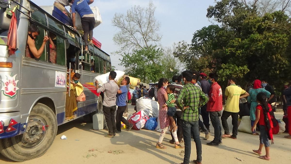 नेपाल–भारत सीमा क्षेत्र गौरीफन्टामा अलपत्र परेका नेपालीलाई गन्तव्य पुगाउने तयारी भईरहेको छ।