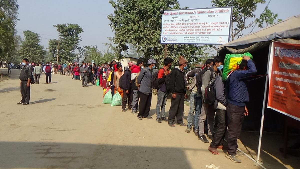 कञ्चनपुरको त्रिनगर गौरीफन्टा नाका हुदै दैनिक सयौंको संख्यामा रोजगारीका लागि भारत गईरहेका छन् ।