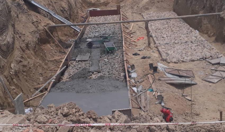 मोहनापुल अत्तरीया ६ लेन सडक खण्डमा निर्माण भईरहेका डाईभर्सन निर्माणले दुर्घटनाको खतरा निम्ताएको छ । सुस्त गतिमा भईरहेको कामले सवारी दुर्घटनाको खतरा वढाएको हो ।