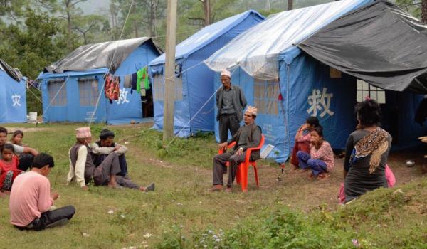पहिरोका कारण विस्थापित भएका कैलालीको चुरे गाउँपालिका वडा नम्बर ५ पटरेनीका २९ परिवार भीमदत्त राजमार्गमा त्रिपाल गाडेर बसेका छन्।