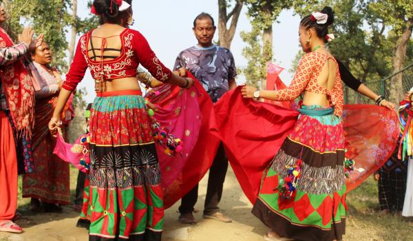 माघी पर्वमा घरघरमा गएर नाचगान गर्दै कैलालीका थारु समुदाय ।