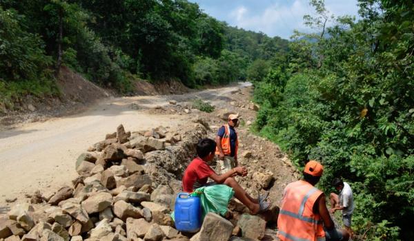भीमदत्त राजमार्ग अन्तरगत कैलालीको गोदावरी नगरपालिकाको भ्यागुते पानीमा पहिरोपछि क्षतीग्रस्त सडक पुनः निर्माण गर्र्दै मजदुर