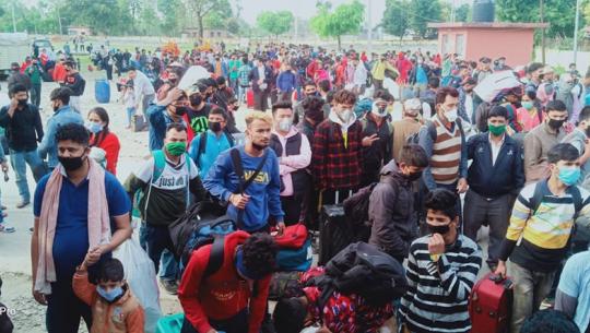 कञ्चनपुरको पश्चिमी सीमानाका गड्डाचौकी भएर भारतबाट फर्कने यात्रुको भीड लागेको छ। भारतले कोरोना भाइरस रोकथामका लागि जनता कफ्र्युको घोषणा गरेपछि मजदूरीका लागि भारतमा रहेका नेपाली स्वदेश फर्कन थालेका छन्।