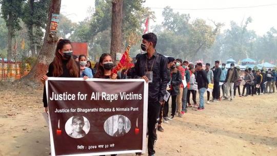 धनगढीमा बलात्कार पीडितहरू प्रति न्याय माग्दै विद्यार्थीहरूले कालो पोशाकमा प्रदर्शन गरेका छन्।