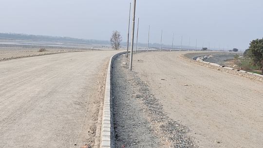 कञ्चनपुरमा निर्माणाधिन ४ लेनको पक्की पुलसँगै ६ लेनको सडक समेत विस्तार भइरहेको छ।
