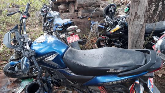 धनगढीको कैलालीगाउँमा रहेको अस्थाई प्रहरी चौकीमा रहेका दुर्घटनामा परेका मोटरसाइकलहरु