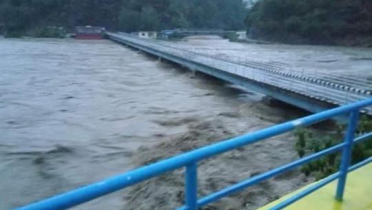 डोटीको दीपायलमा सेती नदीको पानी पुलमै पुगेको छ।