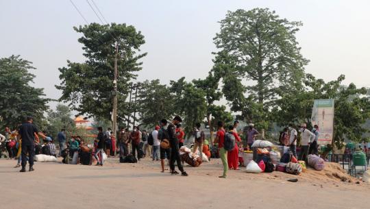 भारतमा कोरोना भाइरसको दोस्रो लहर तिव्र रुपमा फैलिएसँगै नेपाल फर्किएका नागरिकहरु कैलालीको सीमा नाका गौरीफन्टामा अलपत्र परेका छन्।