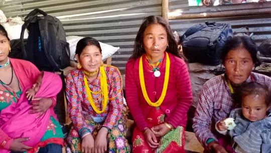 दुधे बालक सहित चामल किन्न कवाडी डिपोमा पुगेका महिलाहरु/प्रकाश सिंह