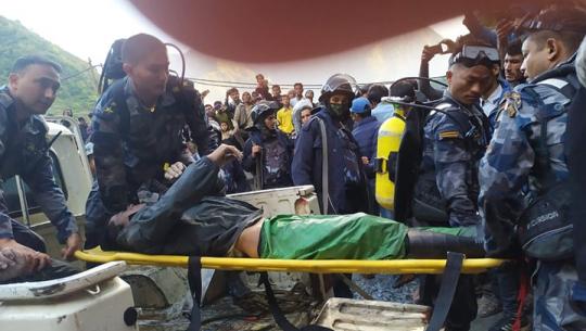 फाईल फोटो : सोमबार बझाङमा सुरुङमा फसेका मजदुरको शव निकाल्दै सशस्त्र प्रहरी