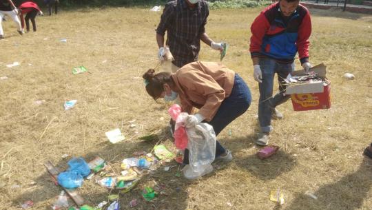 कैलालीको टीकापुर पार्कमा फोहार उठाउदै पर्यटक