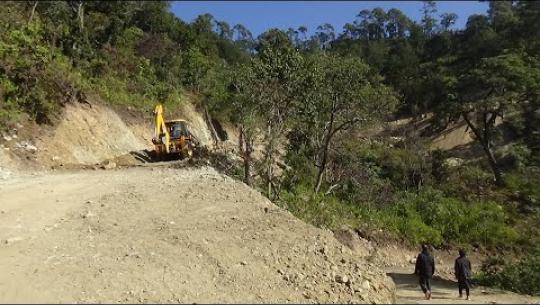 Embedded thumbnail for कैलालीको चुरेमा एउटै गाउँ जोड्ने नेकपा र काँग्रेसका फरक–फरक सडक