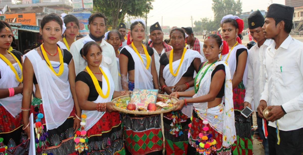कञ्चनपुरको शुक्लाफाँटा नगरपालिका १० का थारु समुदायका युवा युवती देउसी भैली कार्यक्रमका अवसरमा संकलित रकमसहित । यहाँका बजार र ग्रामीण क्षेत्रमा देउसीभैली खेल्ने रौनकता छाएको छ। तस्वीर : राजेन्द्रप्रसाद पनेरु